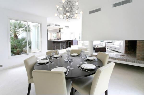 Kerek étkezőasztal hatalmas kandallóval Â« Kavalkád – Inspiráció by ...