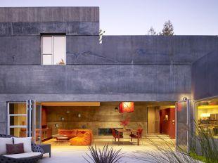 Hideg beton – meleg narancs