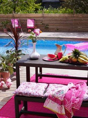Pink a medence partján