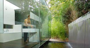 Üvegfalú fürdő vízeséssel