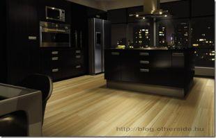 Fekete konyha világos padlóval