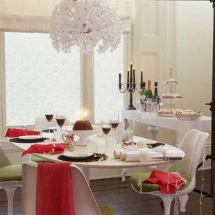 Fehér étkező ünneplőben