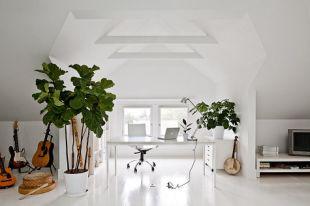 Tetőtéri dolgozó fehérben