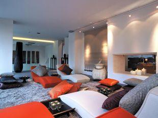 Narancs és fehér pihenőfotelek