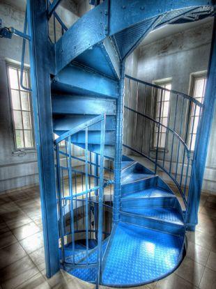 Kékre festett vas csigalépcső