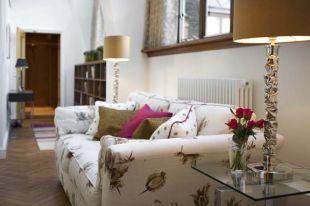 Virágos kanapé az ablak alatt
