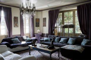 Lila a nappaliban óriás kanapékkal