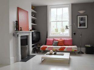 Szürke nappali színes kanapéval