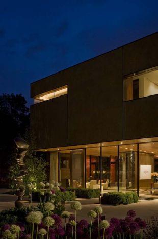 Körben üvegfalú ház gyönyörű kerttel