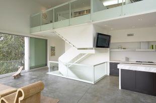 Tv a lépcső oldalán