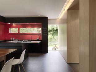 Hangsúlyos fekete-pink konyha
