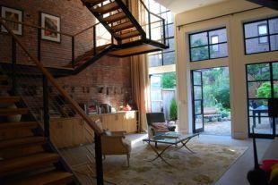 Elnyújtott lépcső a loft lakásban