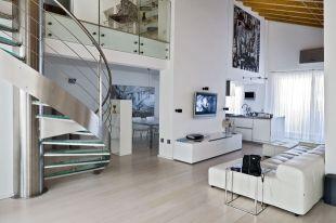 Modern nappali nyitott lépcsőházzal