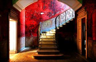Megkopott vörös fal
