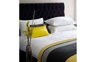 Sárga-fekete az ágyban