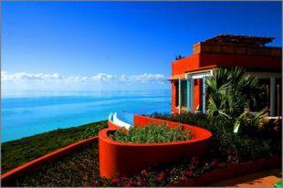 Terrakotta ház a tengerpart felett