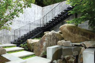 Óriás sziklák a beton falak között