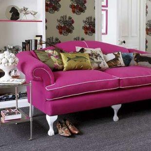 Állatos díszpárnák a pink fotelen