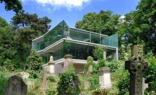 Üvegház a temető felett
