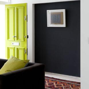 Neonzöld bejárati ajtó