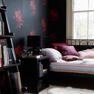Fekete alapon vörös rózsás tapéta