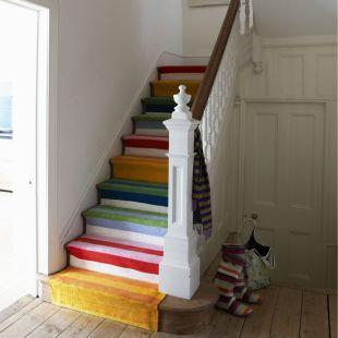 Csíkos szőnyeg a lépcsőn futtatva